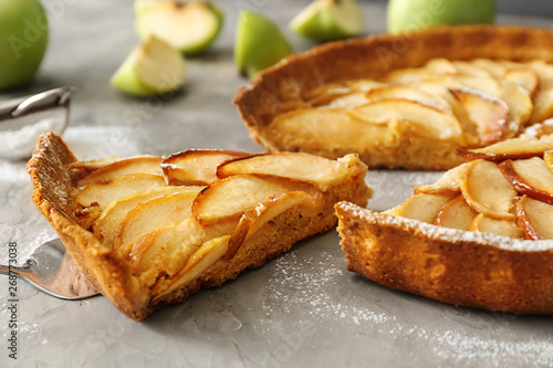 Fotografía Tasty apple pie on grunge background
