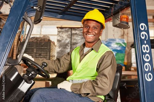 Stampa su Tela Afrikanischer Mann als Staplerfahrer