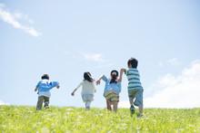 草原を走る小学生の後...