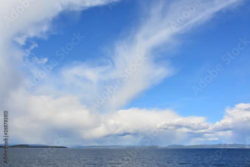 Fototapeta piękne błękitne niebo nad morzem, Norwegia obraz