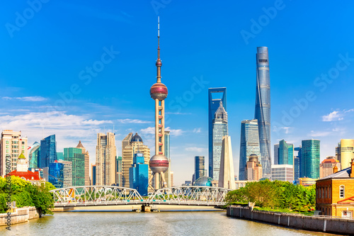 Foto  Shanghai pudong skyline with historical Waibaidu bridge, China during summer sun
