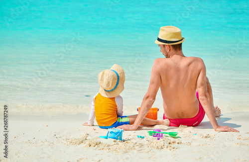 Poster de jardin Individuel Toddler boy on beach with father