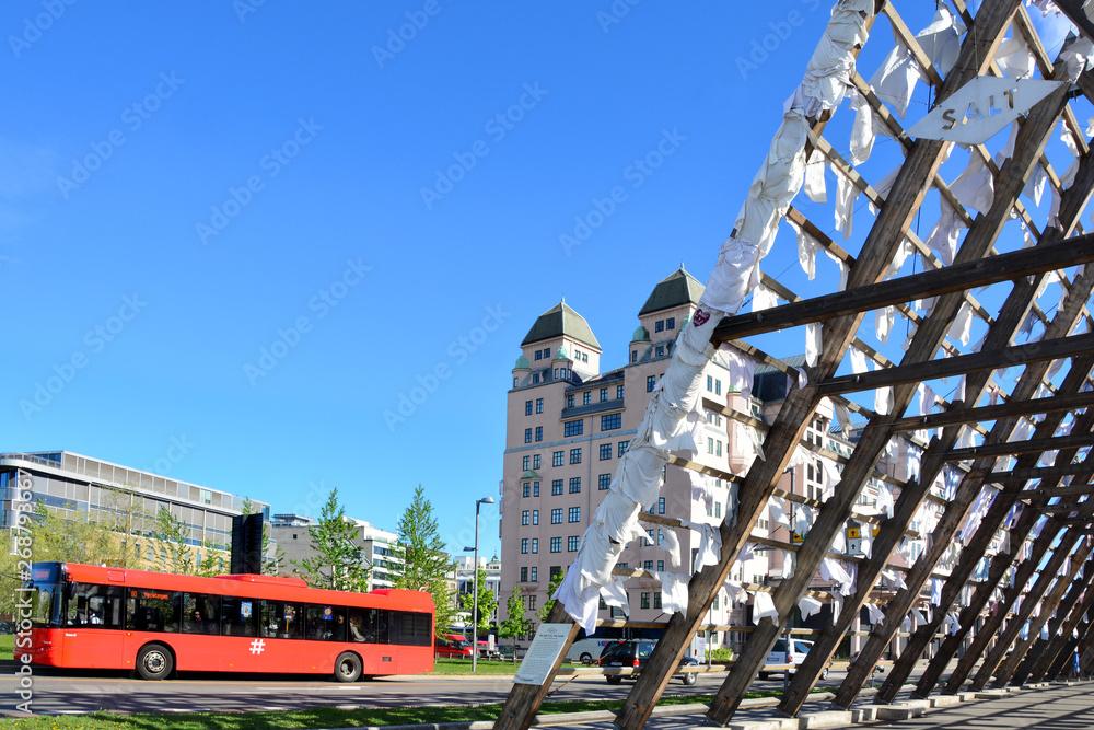 czerwony autobus w Oslo, Norwegia - obrazy, fototapety, plakaty