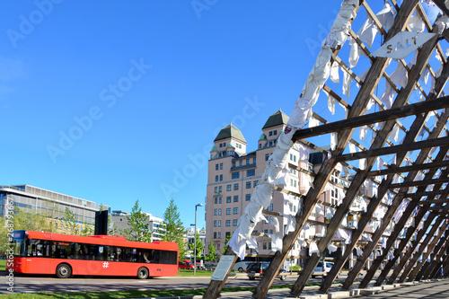 Obraz czerwony autobus w Oslo, Norwegia - fototapety do salonu