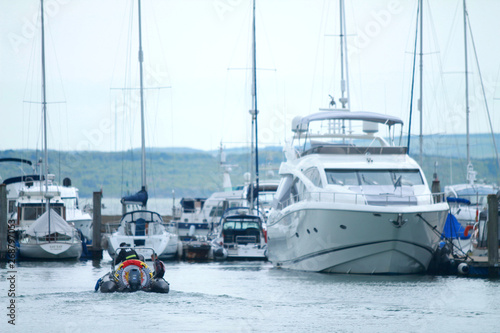 Poster Naufrage rib passing yacht in Lymington harbour