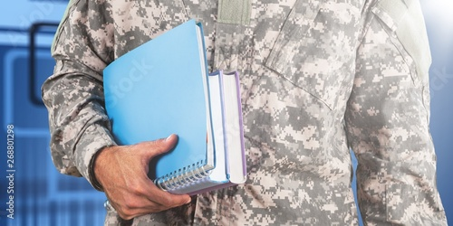 Foto National military force man with notebooks isolated on background