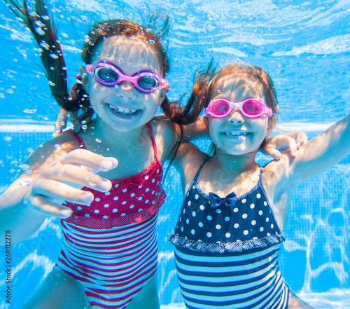 plakat Children swim in pool