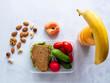 Sandwich mit Gemüse und Obst auf einem neutralen Hintergrund, gesunde Ernährung, Pausenbrot