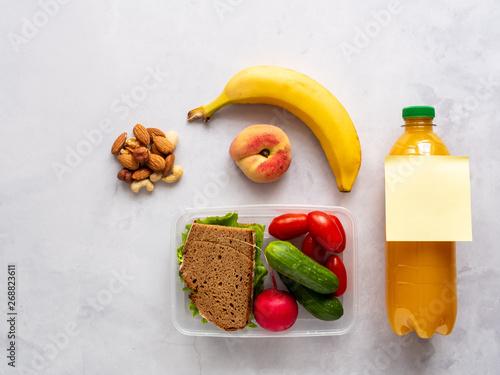 Brotdose mit Pausenbrot und Gemüse, Obst, gesunde Ernährung, Mittagspause Fototapete