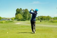 Jugador De Golf Masculino En Campo De Golf Profesional