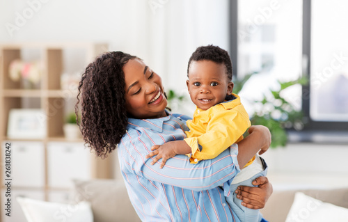 childhood, kids and people concept - happy african american mother with her baby Canvas-taulu