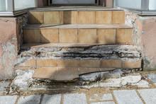 Alte Beschädigte Geflieste Treppenstufen, Deutschland