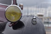 Auto D'epoca Di Colore Nero Con Gocce Di Pioggia Sulla Carozzeria