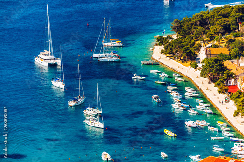In de dag Schip View at amazing archipelago with boats in front of town Hvar, Croatia. Harbor of old Adriatic island town Hvar. Popular touristic destination of Croatia. Amazing Hvar city on Hvar island, Croatia.