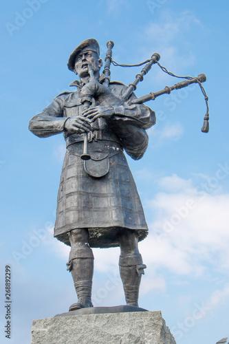 Fotografía Memorial for the Highland Regiments bagpiper near Falls of Bruar Perth and Kinro