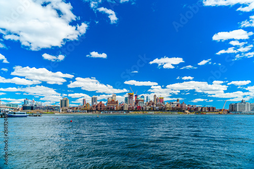 Tablou Canvas View of Brooklyn from the East River Bikeway in Manhattan, New York