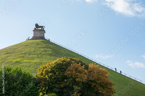Valokuvatapetti The Lion of Waterloo - Lion's Hill in Waterloo with trees - Belgium