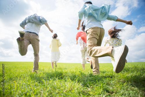 Cuadros en Lienzo 草原を走る大学生の後姿