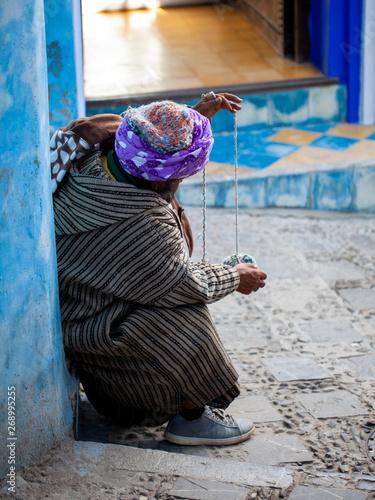 Artesano marroquí trabajando en una calle de Chauen Canvas Print