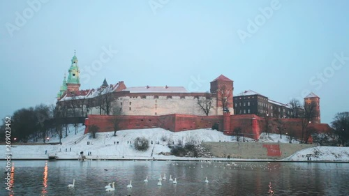Photo  View of the Wawel castle and the Vistula River in Krakow in winter day