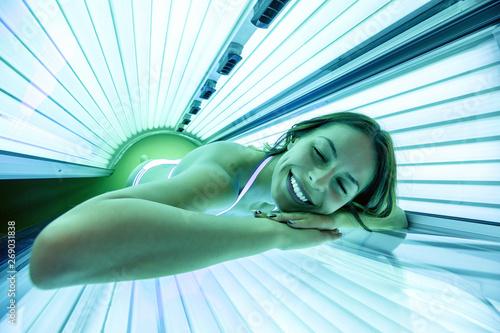 Tablou Canvas Foxy lady getting a tan in solarium