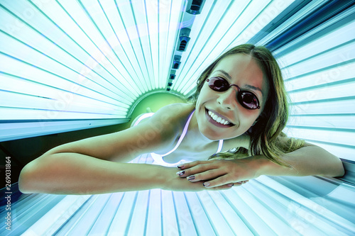 Obraz Foxy lady getting a tan in solarium - fototapety do salonu