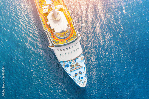 Fotografia Nose of the cruise ship in the turquoise sea, with a glare from the sun on the water