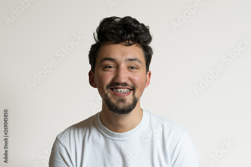 Tela  Portrait of a young man with braces smiling and laughing