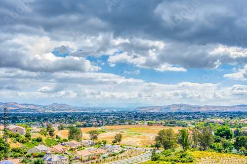 Foto city of inland empire on spring morning with rain clouds in sky