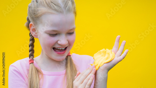 Foto  girl playing with slime splatter and modelling clay