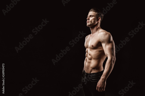 Photo  Muscular model young man on dark background