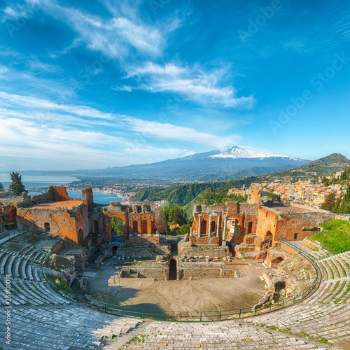 Ruins of ancient Greek theater in Taormina and Etna volcano in the background. Fototapete