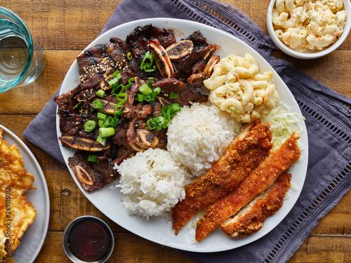 hawajski talerz grillowy z mieszanką kurczaka katsu, koreańskich krótkich żeberek z kalbi, ryżu i makaronu