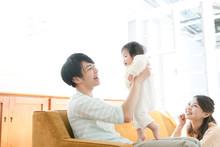 赤ちゃんと一緒に過ごす若い夫婦