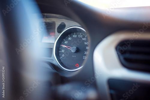 Photo signal de problème moteur sur le tableau de bord d'une voiture