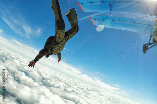 Obraz na plátně  Skidiver in military uniform jumping out of the plane