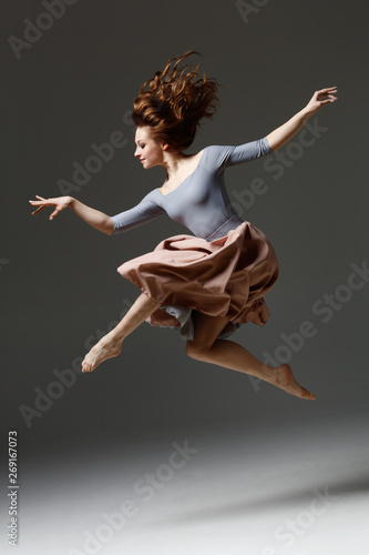 the modern dancer jumping on a gray background Tableau sur Toile
