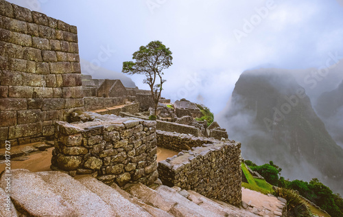 Foto  Amazing view of majestic Machupicchu temple landscape covered with fog on the ba