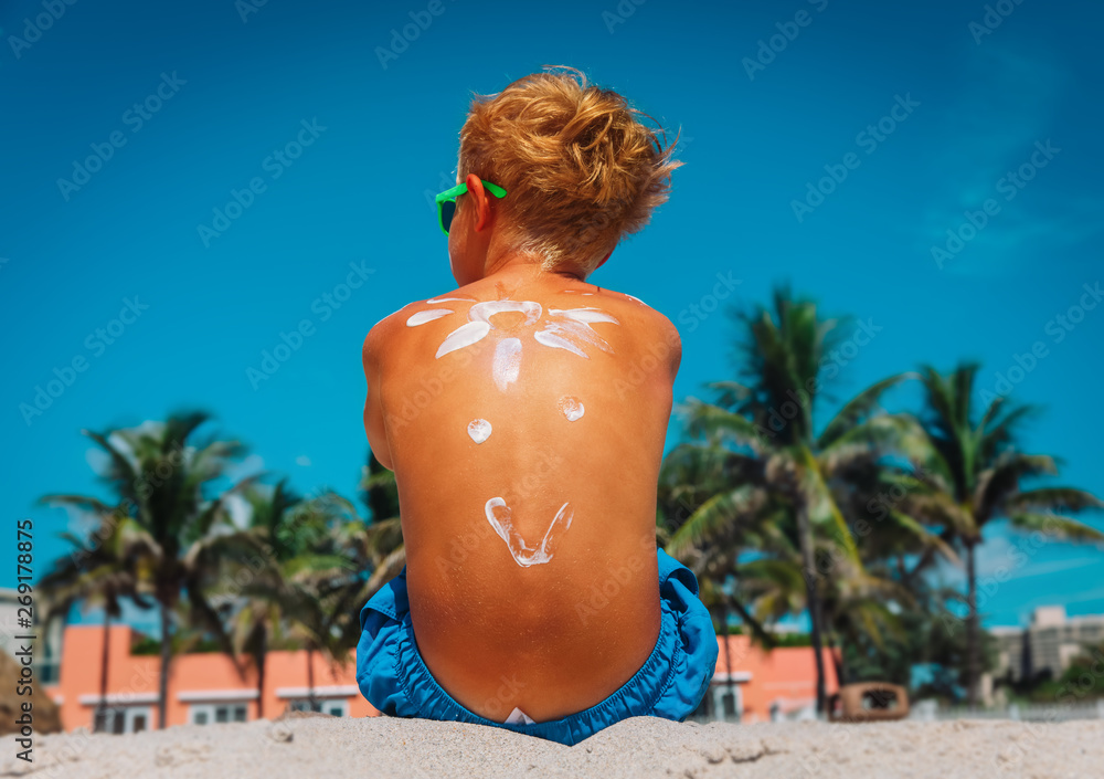 Leinwandbild Motiv - nadezhda1906 : sun protection- little boy with suncream at tropical beach