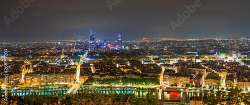 Photo Panorama aérien de la ville de Lyon la nuit depuis Fourvière dans le Rhône, Fran