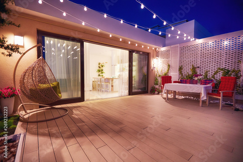 Fotografia evening patio area with open space kitchen and sliding doors