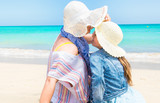 Fototapeta Fototapety z morzem do Twojej sypialni - Matka z córką, Cudowne chwile spędzone z mamą na wakacjach na plaży