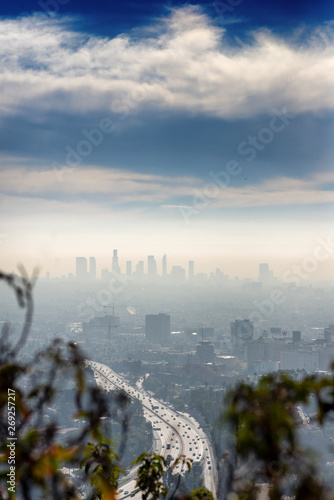 Photo  LOS ANGELES, CALIFORNIA - FEB 13: Sunrise towards a smog ridden Los Angeles downtown