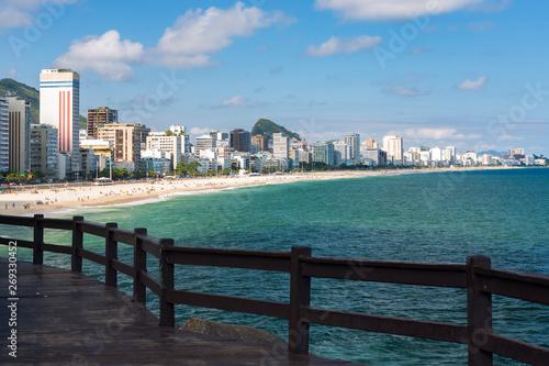 Photo  Lookout point to the Ipanema beach at Mirante do Leblon, sandy beach in a hot beautiful sunny summer day, cloudy blue sky, Rio de Janeiro, Brazil