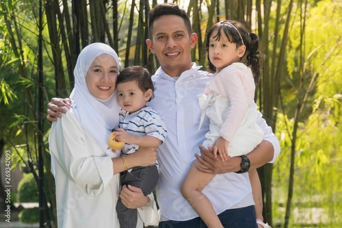Fotografía  Malay family at recreational park having fun