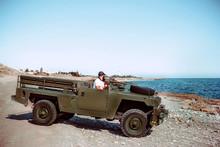 Hombre En Land Rover Santana E...