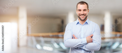 Fotografia  Happy man in the business center with crossed arms