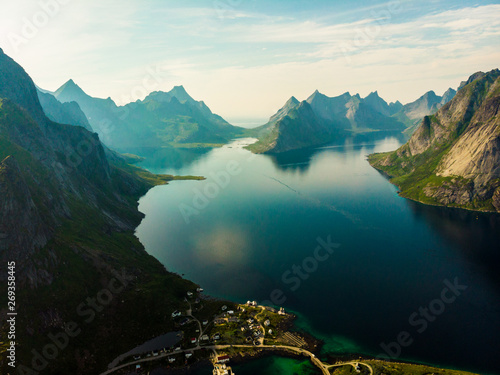 In de dag Noord Europa Fjord and mountains landscape. Lofoten islands Norway