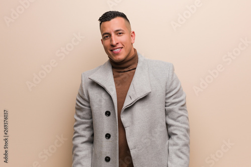 Photo Young latin business man cheerful with a big smile