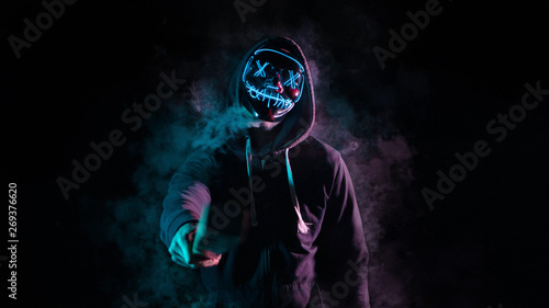 Chico con mascara de luces sobre un fondo negro con humo Canvas-taulu